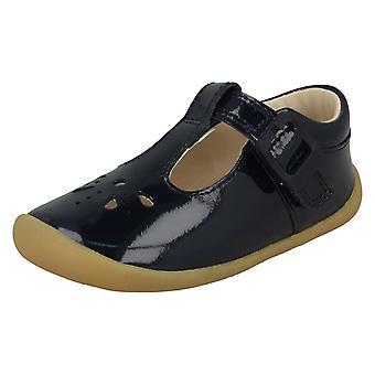 Clarks девочек вырезать подробные предварительно ходьбы обувь Roamer звезда