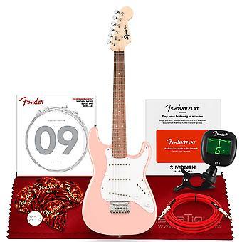 Squier av fender mini stratocaster elgitarr, laurel fingerboard, skalrosa med clip-on tuner, fender california instrumentkablar, ps65639