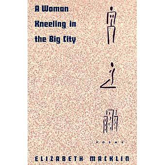 Eine Frau kniet in der Großstadt-Gedichte von Macklin & Elizabeth