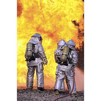 消防士が訓練ポスター印刷中航空機火災を消火します。