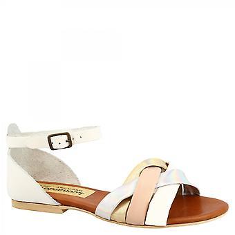 Leonardo Shoes Women's handgjorda platta sandaler med ankelremsstängning i vitt, rosa och silverläder