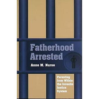 Faderskap greps - föräldraskap från inom den juvenila rättvisa Systema