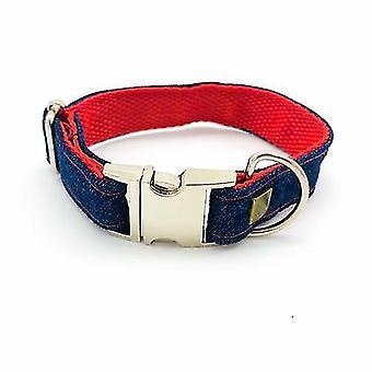 Ausgefranste Jeans & roter Kragen mit Bronze Ohrsteckern