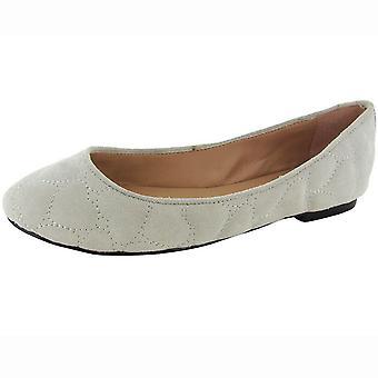 Betsey Johnson Womens 'Sagga' Flat Shoe