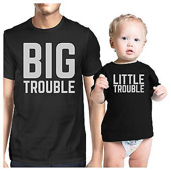大きなトラブルは小さなベビー シャワーのためのお父さんと赤ちゃんカップル t シャツをトラブル