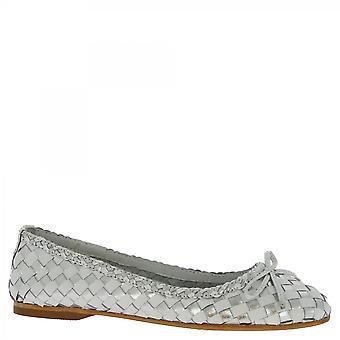 ليوناردو أحذية النساء & أبوس؛s شقق الباليه المصنوعة يدويا الفضة بيضاء المنسوجة جلد العجل