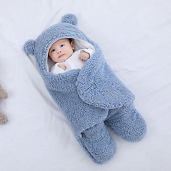 Novorozenec dostává deku dětského oblečení