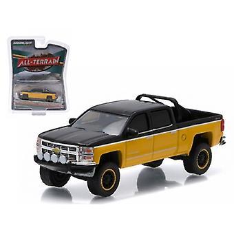 2015 Chevrolet Silverado 1500 Black and Yellow Pickup Truck 'All Terrain' Series 2 1/64 Diecast Model par Greenlight