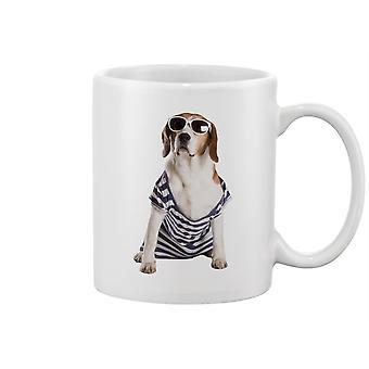 الكلب الذي يطرح القدح -صورة من قبل Shutterstock