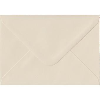 Ivoor gegomd A5 gekleurde ivoor enveloppen. 100gsm FSC duurzaam papier. 152 mm x 216 mm. bankier stijl envelop.