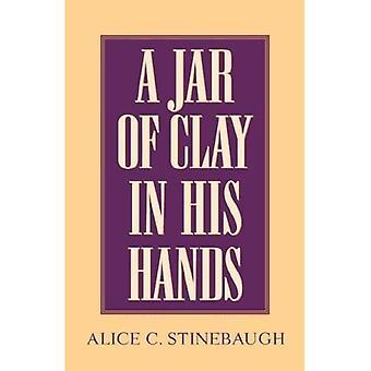 En krukke med ler i hænderne