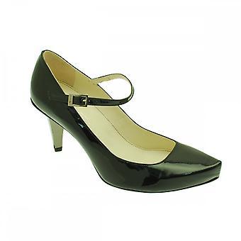 Cinta de Strutt Couture sobre sapato salto do Tribunal