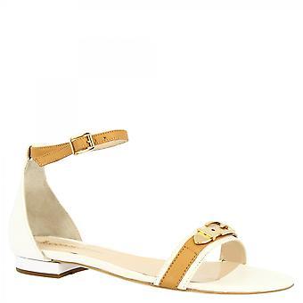 Leonardo Sko Kvinner's håndlaget elegante flate sandaler i hvitt napa skinn med gull spenne