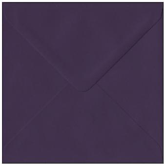 Aubergine gummierede 130mm firkantede farvet lilla konvolutter. 135gsm GF Smith Colorplan papir. 130 mm x 130 mm. bankmand stil kuvert.