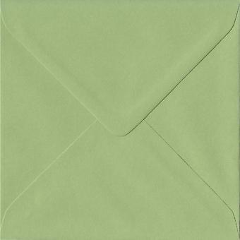 Erbe-grün gummiert 130mm quadratische farbige grüne Umschläge. 100gsm FSC nachhaltigen Papier. 130 mm x 130 mm. Banker Stil Umschlag.