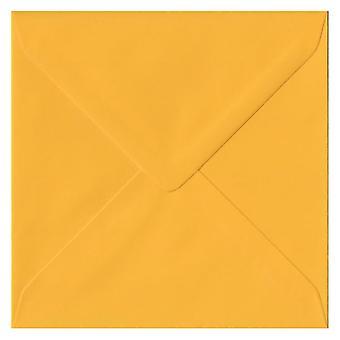 Goudgeel gegomd 130 mm vierkante gekleurde gele enveloppen. 100gsm FSC duurzaam papier. 130 mm x 130 mm. bankier stijl envelop.