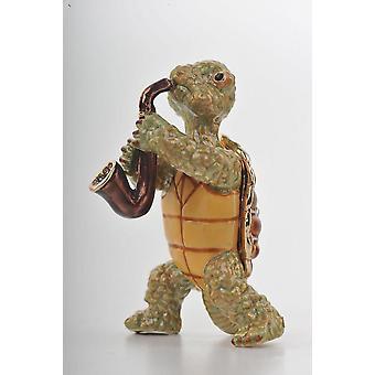 Kilpikonna soittaa saksofoni-helylaatikkoa