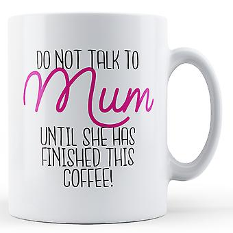 ¡No hable con la madre hasta que ella haya terminado este café! -Taza impresa