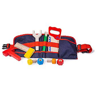 Czerwony pas narzędziowy stolarza z drewnianymi narzędziami