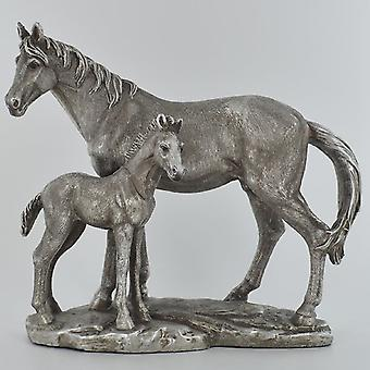 Adorno antiguo de la escena familiar de la yegua y del potro de plata