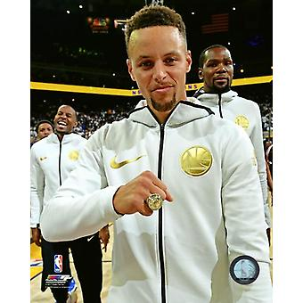 Stephen Curry z jego 2017 NBA Championship pierścień Photo Print