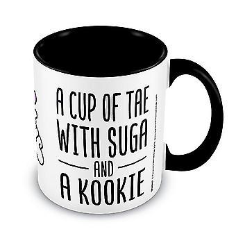 K-Pop Tasse A Cup of Tae with Suga and a Kookie weiß & schwarz, bedruckt, aus Keramik, Fassungsvermögen ca. 315 ml..