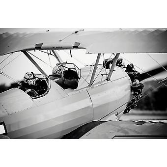 Pilotos de un biplano Boeing PT-17 Stearman de réplica impresión de póster por Timm ZiegenthalerStocktrek imágenes