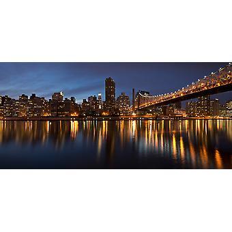 La città illuminata di notte Queensboro Bridge Roosevelt Island Manhattan New York City New York stato USA Poster stampa di immagini panoramiche (24 x 12)