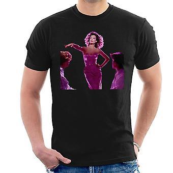 Weird Science Lisa bär rosa klänning män's T-shirt