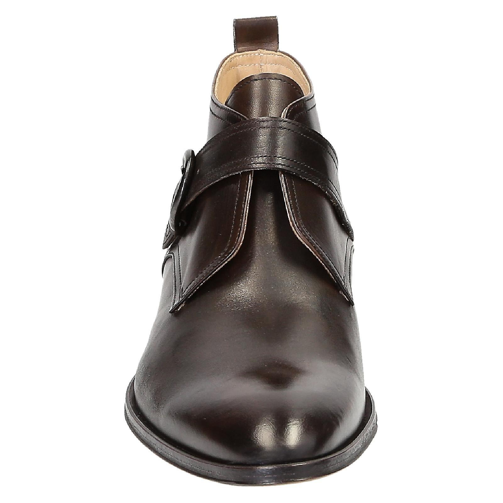 Sangle de moine à la main, bottes en cuir marron foncé