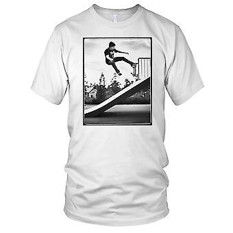 Skater Ramp Stunt - B&W skateboardåkare Skateboard Mens T Shirt