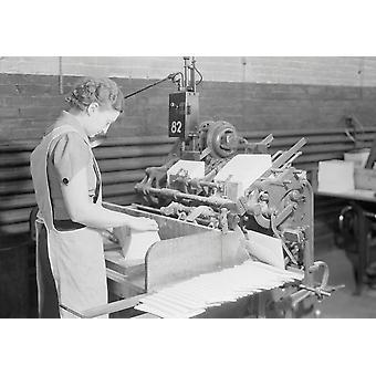 Eine erfahrene Frau die Maschine in Betrieb Kipp in Kingsport Presse Tennessee 1933 Poster Print von Stocktrek Bilder