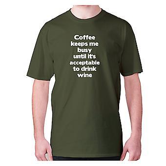 Uomo divertente caffè t-shirt slogan tee novità esilarante - Il caffè mi tiene occupato fino a quando non apos; s accettabile per bere vino