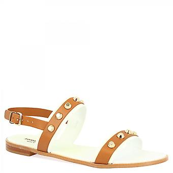 Leonardo Sko Kvinner's håndlagde lave sandaler med gull studs i tan kalv skinn med ankel stropp nedleggelse