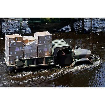 En National Guard M817 5-tons dumper fords flodvattnet affisch Skriv av Stocktrek bilder