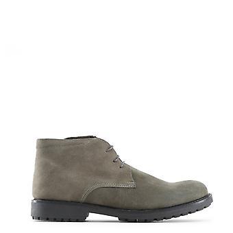 Man laced shoes mi01111