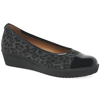 غابور توجيه المرأة الانزلاق على الأحذية