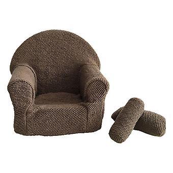 Vastasyntynyt vauva poseeraa mini tekovilla sohva nojatuoli