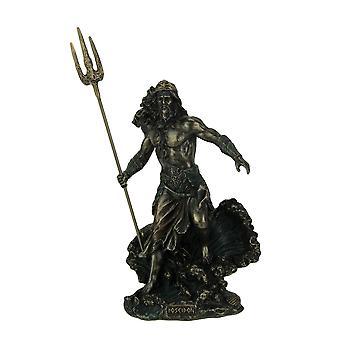 Griekse God Poseidon permanent Over het standbeeld van de golven te crashen