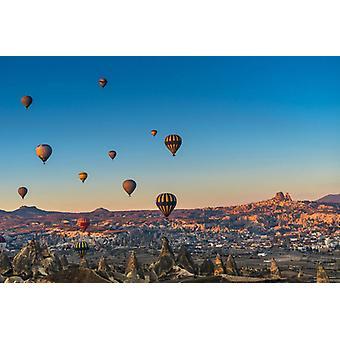 Heteluchtballon die over spectaculair Cappadocië vliegt. Grote ingelijste foto. Hete luchtballon het vliegen.