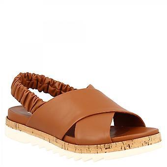 Leonardo Shoes Naisten käsintehdyt elastiset hihnasandaalit, tan-vasikannahkaa