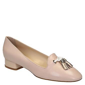 Mocassins en cuir nu féminin avec des chaussures de glands