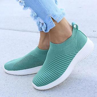Skandinavisk stil kvinnor glider på stickade sneakers