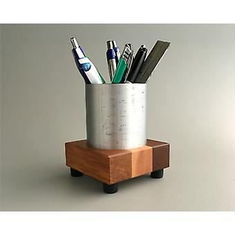 كأس القلم الحديث في المعدن المعاد تدويره والخشب المستصلح