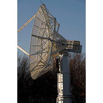 Een technicus klimt een grote radiotelescoop antenne Poster Print door Stocktrek beelden