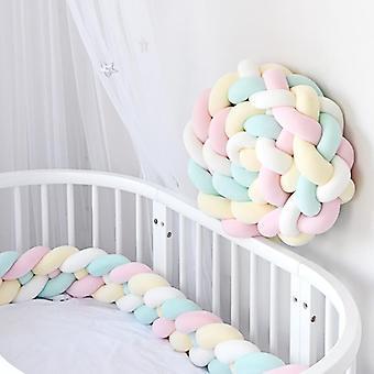 Vauvan puskuri vauvan sängyn puskurissa vastasyntyneen solmun punottu puskurityyny