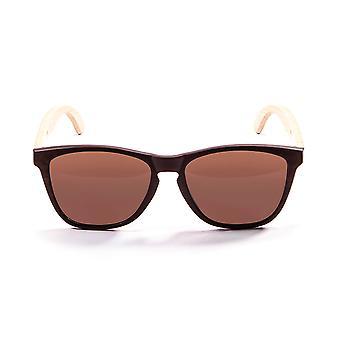 Gafas de sol de madera marina en el océano