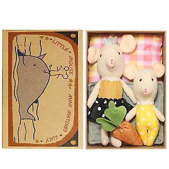 roztomilý plyšové myši rodina vyliezť na toy-'s Classic Track, Cartoon Mouse stúpanie schody