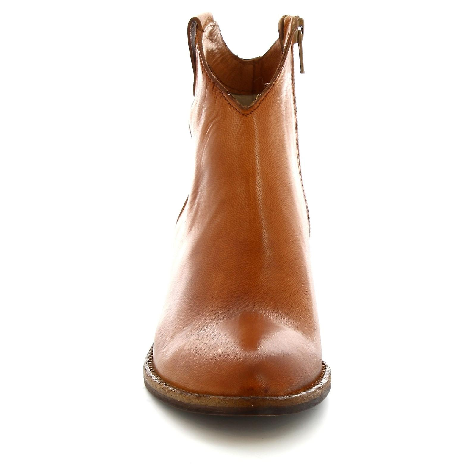 Leonardo Shoes Women's handmade pointed toe ankle boots in tan calf leather