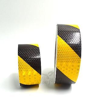 Маленькая блестящая самоклеящаяся светоотражающая предупреждающая лента желтого черного цвета